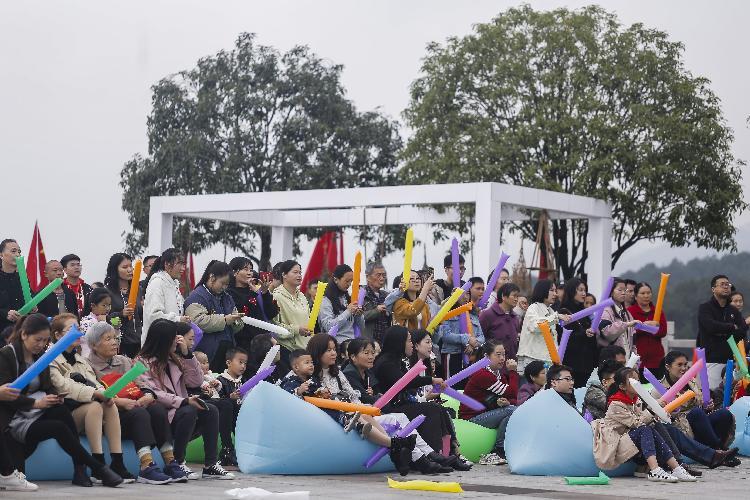 铁山坪天然氧吧中的音乐节,吸引了大量市民前往享受悠闲周末.jpg