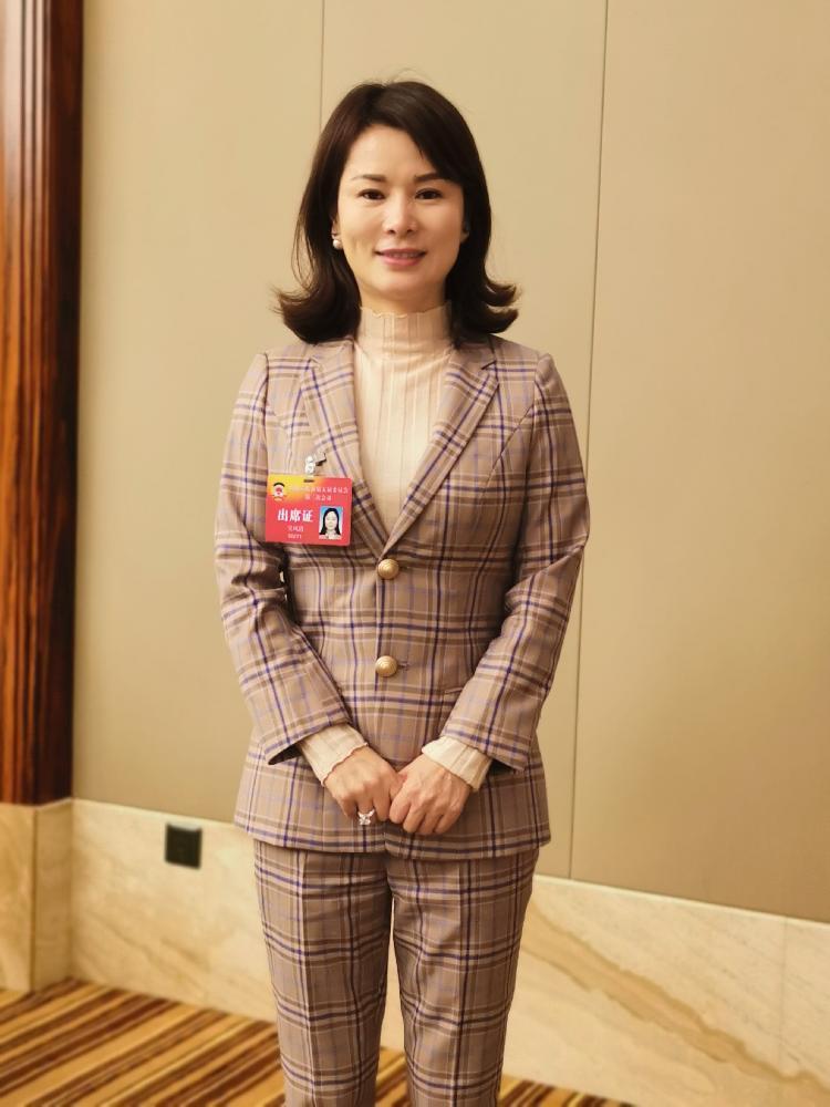 市政协委员、重庆中钒投资有限公司总经理吴凤清.jpg