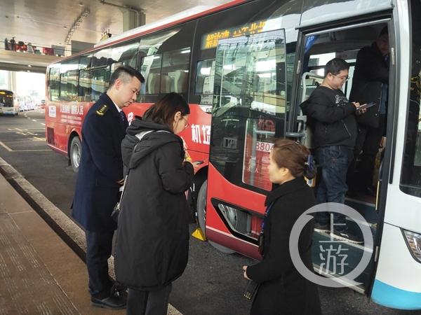 机场快车工作人员热情为旅客服务.jpg