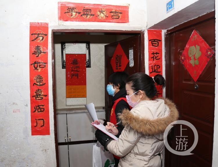 黎雅红带领志愿者一起上门宣传疫情知识,并挨户登记住户的需求情况.jpg