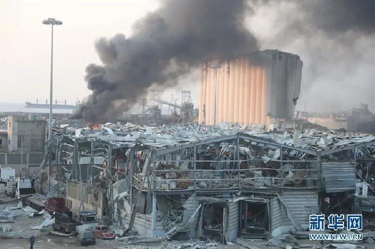 ▲8月4日,黎巴嫩首都贝鲁特发生爆炸后浓烟滚滚。新华社发(比拉尔·贾维希 摄)