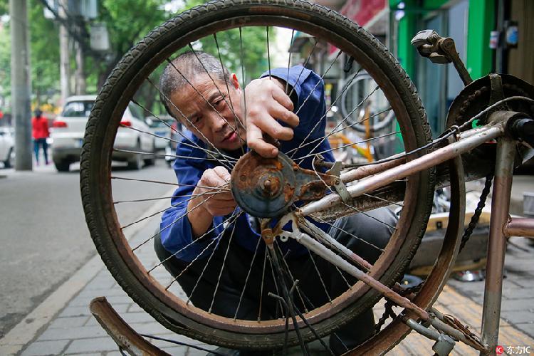 """西安仅剩的一家""""国营""""自行车老店 风雨中坚守40余年"""