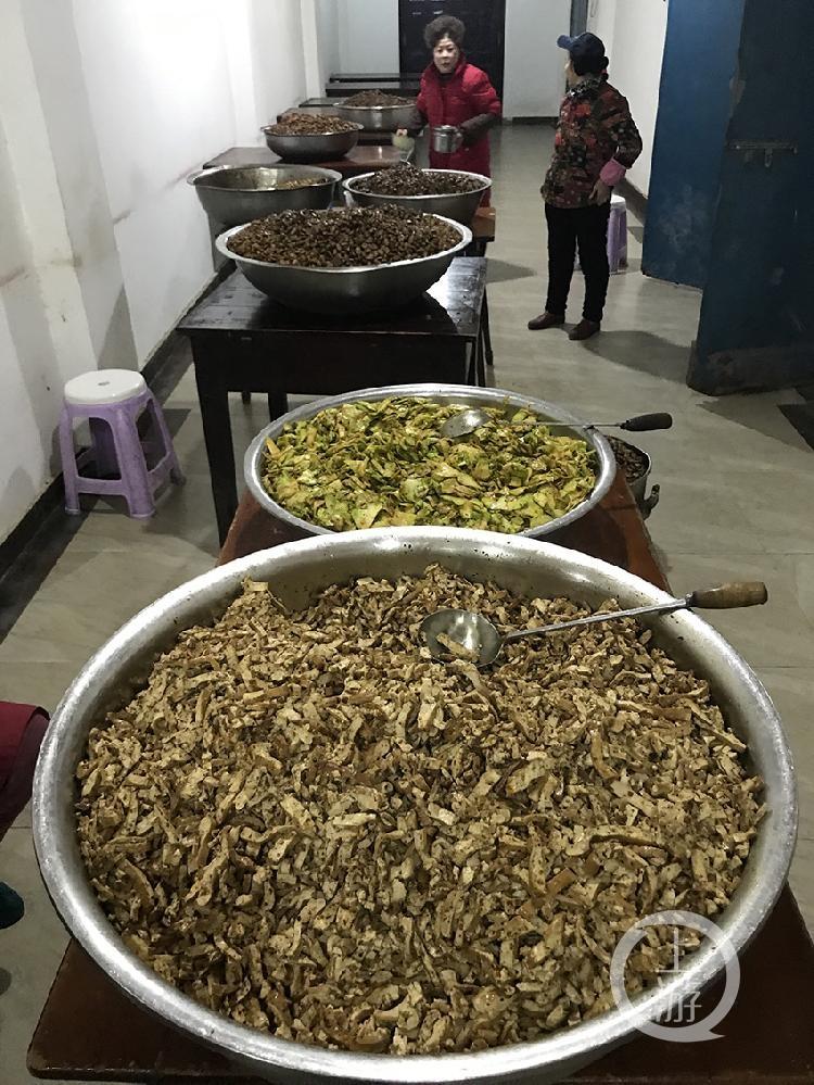 罗汉寺熬了三千多斤八宝粥    环卫工不-FZ10022265456.jpg