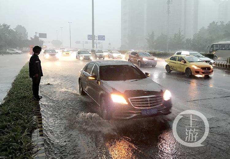 暴雨袭城 重庆市气象台连续多次发布强对流-FZ10023061196.jpg