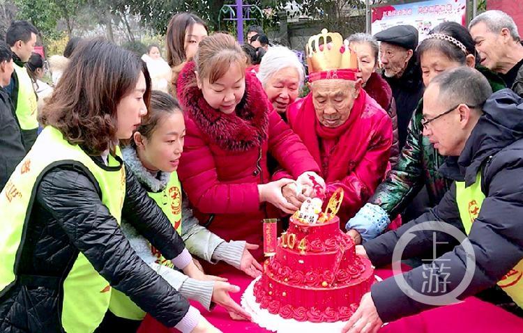 街坊邻居一起煮重庆小面 分享长寿老人104岁生日的健康快乐