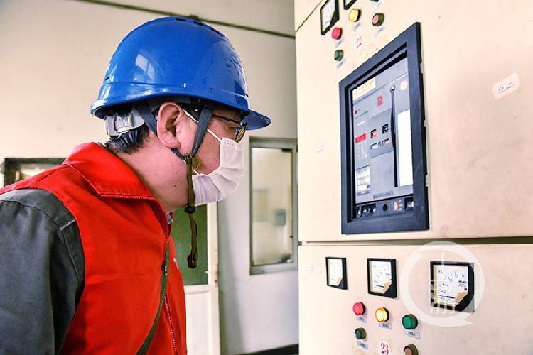 国网重庆江津供电公司党员服务队员在制药厂检查供电设备.jpg