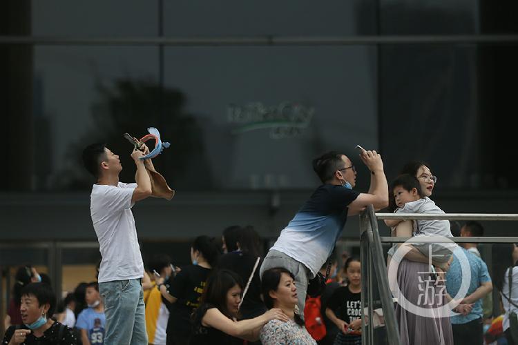 市民在朝天门用手机拍摄日食-FZ10024784921.jpg