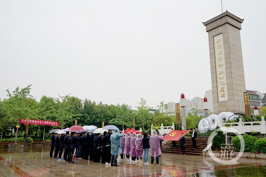 全体党员伫立在革命烈士纪念碑前,凝视党旗,举起右手庄严宣誓。刘远平 摄.JPG