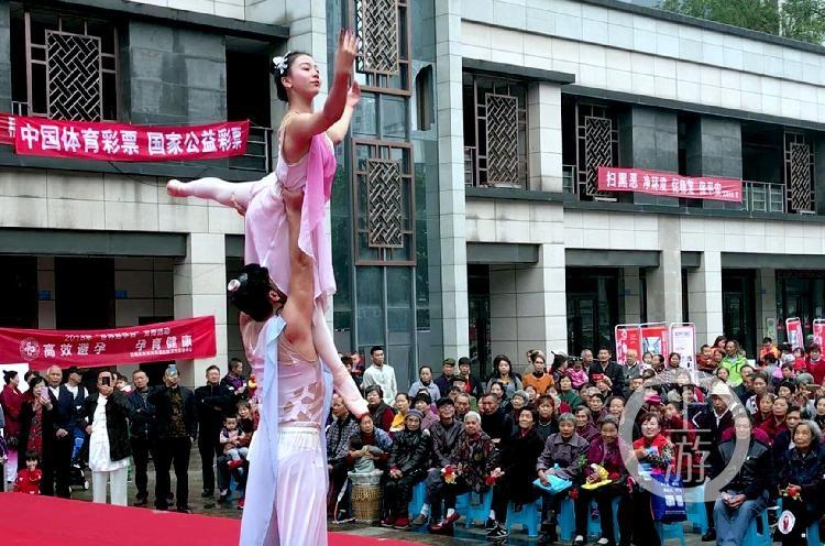 """重庆:特别的重阳节""""礼物"""":精彩杂技表演送到社区院坝 为500空巢老人带来欢笑"""